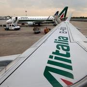 Alitalia-Jets warten auf den Start auf dem Flughafen in Mailand (Bild: Luca Bruno/AP, 7. Mai 2014)
