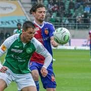 St.Gallens Milan Vilotic im Duell mit Valentin Stocker. (Bild: Freshfocus)