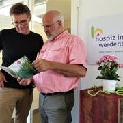 Geschäftsleiter Mathias Engler (rechts) und Pflegeleiter Daniel Schmitter besprechen sich vor dem Eingang zum Hospiz. (Bild: Hanspeter Thurnherr)