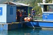 Von einer Plattform aus wird ein Ozean-Boden-Seismometer auf den Seegrund hinuntergelassen. (Bild: Martin Uebelhart (Ennetbürgen, 11. September 2018))