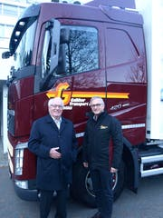 Jubilar Bernhard Galliker (80) wird von CEO Peter Galliker (rechts), Sohn seines Cousins, persönlich mit dem Lastwagen abgeholt. (Bild: Kurt Liembd (Hergiswil, 13. Dezember 2018))