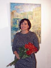 Rosen zur Vernissage: Doris Windlin vor einem ihrer ausgestellten Werke in der Sust. (Bild: Kurt Liembd (Stansstad, 27. Okotober 2018))
