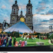 Startszene: Die Chöre scheinen dem Bild von Jan van Eyck zu entsteigen. (Bild: Tanja Dorendorf/T + T Fotografie)
