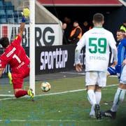 Spätestens hier war die Partie verloren: Christian Schneuwly bezwingt St.Gallen-Goalie Daniel Lopar zum 2:0. (Bild: Keystone)