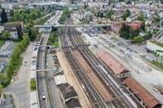 Der Bahnhof St.Fiden mit Blick zur Olma. Schon heute gibt es verschiedene Möglichkeiten, zu Fuss vom Bahnhof zum Messegelände zu kommen. Wirklich bequem ist allerdings keiner davon. (Bild: Urs Bucher/Benjamin Manser - 9. Mai 2016)