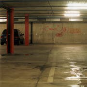 Die Parkgarage Kreuzbleiche entspricht nicht mehr heutigen Standards für so eine Einrichtung. Vor der Sanierung wollte die SP/Juso/PFG-Fraktion im Stadtparlament aber genau wissen, was mit der darüber liegenden Sporthalle geschehen soll und wie viele Parkplätze dafür in Zukunft noch nötig sind. (Bild: Trix Niederau)