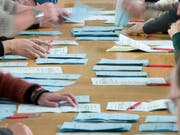 Personen zählen Stimmzettel. (Symbolbild: KEYSTONE/Peter Schneider)