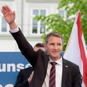 Die als völkisch-nationalistisch geltende, lose Gruppierung «Der Flügel» rund um den Thüringer AfD-Chef Björn Höcke wird vom Verfassungsschutz künftig genauer unter die Lupe genommen. (Bild: Jens Meyer, AP (Erfurt, 18. Mai 2016))