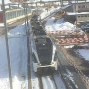 Ein Zug der S2 verlässt Krummenau in Richtung Wattwil. Der Bahnhof Krummenau wird vollständig umgebaut, wobei ein neuer Unterstand erstellt wird. (Bild: Martin Knoepfel)