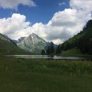 Der Gräppelensee liegt eingebettet in der Bergwelt des Obertoggenburgs. (Bild: Sabine Schmid)