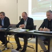 Gemeindepräsident Daniel Gasser, Gemeindegeschäftsführer Alex Mathis und Gemeinderat Hans Peter Bienz (von links) an der Medienkonferenz vom Freitag. (Bild: Lucien Rahm (Ebikon, 6. Juli 2018))