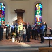 Pfarrer Bruno Ammann und seine Familie (Mitte) werden vom Chor ThurKlang musikalisch in Bürglen begrüsst. (Bild: PD)
