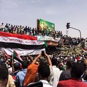 Sudanesen protestieren in der Hauptstadt Khartum gegen die Übergangsregierung. (Bild: AP (12. April 2019))