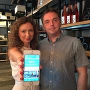 Stefan Hauser und Simona Mazurekova von der Vinothek Hauser machen mit bei der neuen Shopping-App. (Bild: Manuela Jans-Koch / Luzern, 21. Juni 2018)