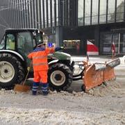 Schneeräumung auf dem St.Galler Bahnhofplatz am Samstagnachmittag. (Bild: Reto Voneschen - 5.1.2019)