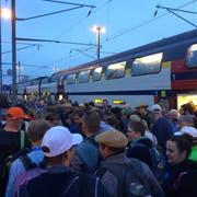 Beim Gleis 7 wurde es schnell mal eng. Die Fans blieben aber gelassen. (Bild: Stefan Kaiser, Zug, 24. August 2019)