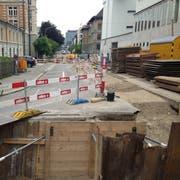 Die Baustelle an der Vadianstrasse beginnt bei der Stadtpolizei und zieht sich bis vor den Neumarkt hin. In den Social Media gab's dazu bereits kritische Kommentare, eine Ausweichroute existiert aber mit dem Veloweg hinter dem Hauptbahnhof. (Bild: Reto Voneschen - 15. Juni 2019)