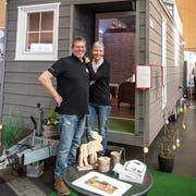 Sandro und Conny Huber vor einem baugleichen Haus, wie ihr Zuhause im Thurgau. Bild: Adriana Ortiz Cardozo. (Bild: Adriana Ortiz Cardozo)