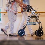 Pflegeheime haben zurzeit einen schweren Stand. (Symbolbild: KEYSTONE/DPA/Christoph Schmidt)