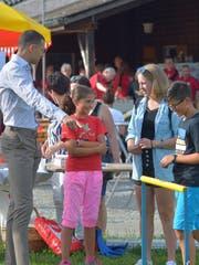 Kariem Hussein erklärt Kindern in Märwil den Hürdenlauf.(Bild: Mario Testa)