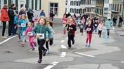 Bei garstigen Wetterbedingungen kämpfen sich die jungen Läuferinnen die Obergasse hoch. (Bild: Werner Lenzin)