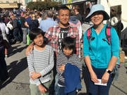 Sorgen für einen Hauch Exotik an der Entlebucher Alpabfahrt: Jun Okada mit seinen Kindern und seiner Bekannten aus Japan. (Bild: David von Moos)