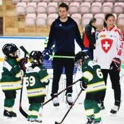 ZSC-Spieler Drew Shore steht mit dem Nachwuchs auf dem Eis. (Bild: Desirée Müller)