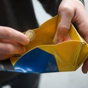 Verschiedene persönliche Notlagen können Menschen in wirtschaftliche Schwierigkeiten bringen. (Bild: Martin Ruetschi/Keystone)