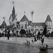 Die riesige, burgähnliche Festhütte des Eidgenössischen Schützenfestes, die später zum Kriegs- und Friedensmuseum wurde, 1901 am heutigen Europalatz in Luzern. (Bild: Staatsarchiv Luzern)