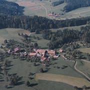 Luftaufnahme des Weilers Oberbruberg. Das Foto entstand in den 80er-Jahren des letzten Jahrhunderts. Ganz oben sind noch die Häuser von Busswil zu erkennen, das zur Gemeinde Sirnach gehört. (Bild: PD)