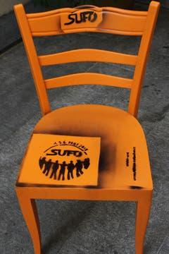 Und auch das hat Tradition: Seit Jahren machen jeweils im Vorfeld des Sufo orange Möbel wie dieser Stuhl im St.Galler Stadtbild auf den Anlass aufmerksam. (Bild: Reto Voneschen - 5. Mai 2018)