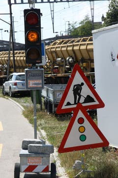 Einspurige Verkehrsführung mit Lichtsignal ist bei Baustellen vor allem auf Landstrassen üblich. Man trifft diese Konstellation derzeit aber auch im Güterbahnhof an,...