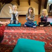 Kinder nehmen im Hort Bernegg an einem Musikprojekt teil. (Bild: Reto Martin)