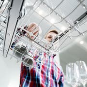 """Zugorama V-Zug: Martin Auf der Maur demonstriert im Showroom der Firma einen Geschirrspüler mit einem """"Partyprogramm"""" bei dem Geschirr inerhalb von 11 Minuten sauber wird. (Bild: Stefan Kaiser)."""