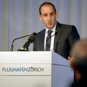 Stephan Widrig, CEO des Flughafen Zürich, spricht an der Bilanzmedienkonferenz auch das Thema Klimaschutz an. (KEYSTONE/Walter Bieri)