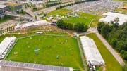 Im Vordergrund das CSIO-Gelände im Gründenmoos, im Hintergrund der Parkplatz und provisorische Zeltbauten für den renommierten Grossanlass auf der Allmend im Breitfeld. (Bild: Urs Bucher - 5. Juni 2018)