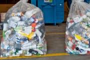 So ähnlich sah es bis 2018 in Engelberg aus: Volle Abfallsäcke mit allerhand Kunststoff. (Symbolbild Boris Bürgisser)