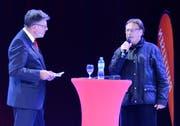 Fredy Knie jun. (rechts) gibt Auskunft auf Fragen von Heini Senn, Verwaltungsratspräsident der Raiffeisenbank Werdenberg, über Crowdfunding für das neue Zirkuszelt. (Bild: Hansruedi Rohrer)