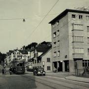 Das Zentrum des Lachen-Quartiers an der Zürcher Strasse nach 1937. Das Erdgeschoss des damals neu gebauten Flachdach-Hauses war der zweite Standort der Post Lachen. Daneben fand dort auch noch eine Tramwartehalle Platz. (Bild: Sammlung Peter Uhler)