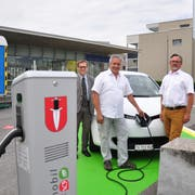 E-Auto und Strom stehen parat am Bahnhof Tägerwilen Dorf: Thurbo-Chef Ernst Boos, Gemeindepräsident Markus Thalmann und Rolf Gehrig von Mobility freuen sich über das neue Angebot. (Bild: Urs Brüschweiler)