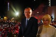 Wahlsieger Recep Tayyip Erdogan (links) und seine Frau auf dem Balkon der Parteizentrale der AKP. (Bild: Kayhan Ozer/Anadolu Agency/Getty Images (Ankara, 25. Juni 2018))