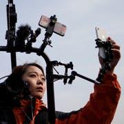 Eine übereifrige Reporterin berichtet live vom chinesischen Volkskongress. (Bild: Wu Hong/EPA/Keystone, Peking, 8. März 2019)