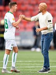 Trainer Peter Zeidler gratuliert Cedric Itten nach dem Spiel in Neuenburg. (Bild: freshfocus)