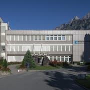 Die Operationen aus dem Spital Walenstadt (Bild) werden gemäss neuer kantonaler Spitalstrategie bis 2027 gestaffelt nach Grabs verlagert. Die Geburtshilfe in Walenstadt wird in den nächsten Jahren aufgehoben. Dafür wird hier ein Gesundheits- und Notfallzentrum realisiert. (Bild: Gian Ehrenzeller/Keystone)