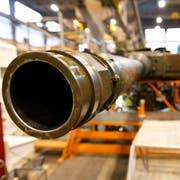 Ein Geschützrohr eines Leopard-Panzers in den Produktionshallen der RUAG. Bild: Moritz Hager/Keystone