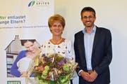 Lukas Hepp, Präsident der Spitex Thur-Seerücken, gratuliert Betriebsleiterin Daniela Grob für zehn Jahre Diensttreue. (Bild: Manuela Olgiati)