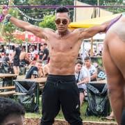 Jair Delgado Fortes hat seine eigenen Push-up-Stangen mitgebracht. (Bild: Reto Martin)