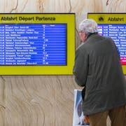 ARCHIVBILD ZUR MK SBB: INFORMATION ZUM FAHRPLAN 2020 (DEUTSCHSCHWEIZ), AM DIENSTAG, 07. MAI 2019 ---- Eine Anzeigetafel zeigt die Abfahrtszeiten der Zuege an, am Mittwoch, 13. Dezember 2017 im Bahnhof Bern. (KEYSTONE/Peter Klaunzer)
