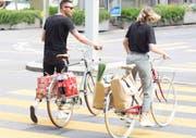 Mit dem «Pack & Roll»-Gepäckträger lassen sich auch Getränke-Sixpack und Bierkisten transportieren. (PD-Bild)