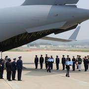 Die Gebeine von ehemaligen GIs des Koreakriegs wurden gestern aus einer US-Airforce-Maschine transportiert. (Bild: Ahn Young-joon/AP; Militärflugplatz Pyengtaek, Südkorea)